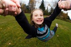 Enfant tournant en cercles photographie stock libre de droits