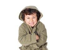 Enfant très froid portant le manteau à capuchon images libres de droits