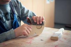 Enfant travaillant avec du bois Photographie stock libre de droits