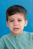 Enfant triste avec deux ans de pleurer Images libres de droits