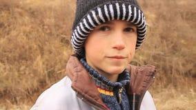 Enfant triste avec le chapeau d'hiver clips vidéos