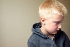 Enfant triste bouleversé images stock