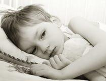 Enfant triste dans le bâti Photos libres de droits