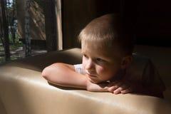 Enfant triste de renversement Image libre de droits