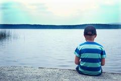 Enfant triste seul s'asseyant images stock