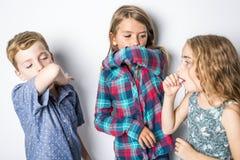 Enfant trois en bas âge ayant un rhume Photographie stock libre de droits