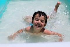 Enfant une piscine Images libres de droits
