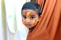 Enfant vilain Portrait d'un peu d'enfant au festival de Holi Photo stock