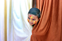 Enfant vilain Portrait d'un peu d'enfant au festival de Holi Image stock