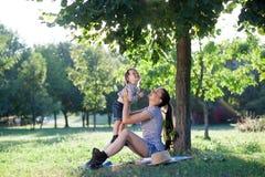 Enfantez élever le bébé sur des mains dans le ciel Photo libre de droits