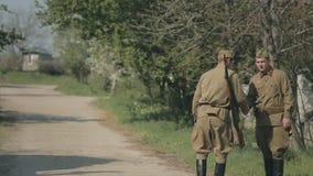 Enfantez étreindre son fils un soldat et voyez outre de lui banque de vidéos