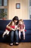 Enfantez afficher un livre à ses petits descendants Images libres de droits