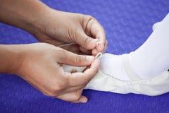 Enfantez attacher des chaussures de pointe de pieds à sa fille images stock
