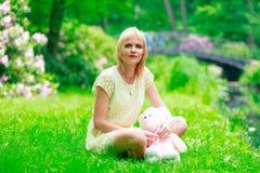 Enfantez avec l'ours de nounours de childs Image stock