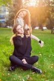 Enfantez avec la fille pendant sept années en parc d'automne au coucher du soleil images stock