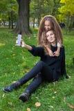 Enfantez avec la fille pendant sept années en parc d'automne au coucher du soleil Photo libre de droits