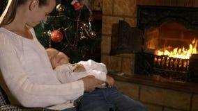 Enfantez chatouiller sa petite fille mignonne tandis qu'elle s'asseyant sur des mains du ` s de mère clips vidéos