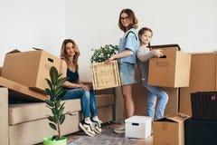 Enfantez deux enfants à la nouvelle maison avec des boîtes en carton image stock