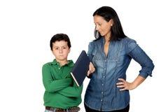 Enfantez dire son enfant de colère pour afficher un livre Photos libres de droits