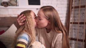 Enfantez embrasser la petite joue heureuse du ` s de fille banque de vidéos