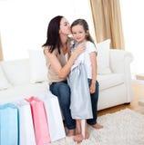Enfantez embrasser sa petite fille après l'achat photographie stock