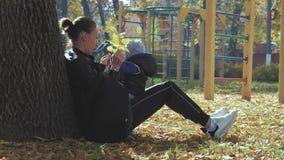 Enfantez entourer un petit fils en parc d'automne Famille heureuse en stationnement d'automne Famille heureuse dans le concept de banque de vidéos