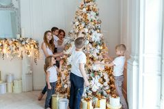 Enfantez et cinq enfants décorant un arbre de Noël photos libres de droits