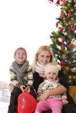 Enfantez et deux enfants ayant l'amusement à Noël photos libres de droits