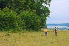 Enfantez et deux fils dans les bois verts Images libres de droits