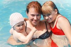 Enfantez et deux ses filles en eau de mer Image libre de droits
