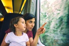 Enfantez et sa fille enjoing le voyage de train Images libres de droits