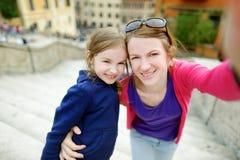 Enfantez et sa fille prenant le selfie à Rome Photos libres de droits