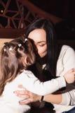 Enfantez et sa petite fille dans un café Image stock