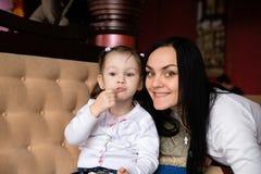Enfantez et sa petite fille dans un café Photo libre de droits