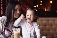 Enfantez et sa petite fille dans un café Photo stock