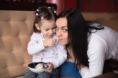 Enfantez et sa petite fille dans un café Photos stock