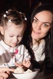 Enfantez et sa petite fille dans un café Image libre de droits