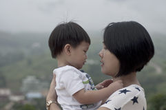 Enfantez et son bébé garçon regardant chacun autre Image stock
