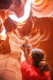 Enfantez et son canyon inférieur d'antilope de visite de fils de bébé en Arizona photo stock