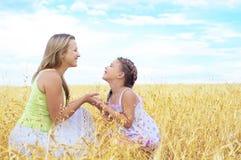 Enfantez et son descendant à la zone de blé Photographie stock libre de droits