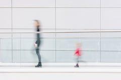 Enfantez et son enfant marchant dans un couloir futuriste propre Image stock