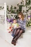 Enfantez et son fils, en embrassant avec la tendresse et soin Concept, bonheur et enfants de fête des mères Photos stock