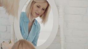 Enfantez et son petit bébé près du miroir Famille heureux Mouvement lent clips vidéos