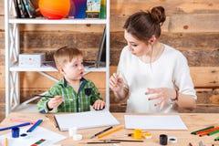 Enfantez et son petit fils mignon peignant ensemble Photo libre de droits