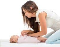 Enfantez faire la gymnastique sa fille d'enfant en bas âge de chéri Photographie stock libre de droits