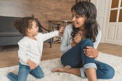 Enfantez jouer avec la petite fille tout en passant le temps Image libre de droits