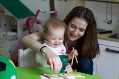 Enfantez jouer avec ses 1,3 années de fille, réunissant Photo stock