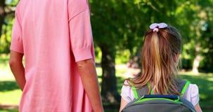 Enfantez l'attente avec sa fille de sourire le premier jour de l'école banque de vidéos