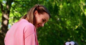 Enfantez l'attente avec sa fille le premier jour de l'école banque de vidéos