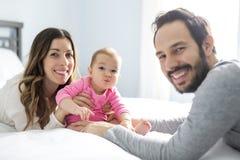 Enfantez l'enfant de père et de bébé sur un lit blanc Photographie stock libre de droits
